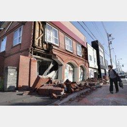 地震で崩れた安平町の建物(C)共同通信社