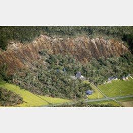 地震で発生した北海道厚真町の土砂崩れ現場(C)共同通信社