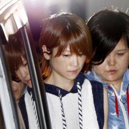 警視庁中野署を出る吉澤ひとみ容疑者