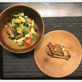 シンプルなサラダと蒸した鶏むね肉(C)日刊ゲンダイ
