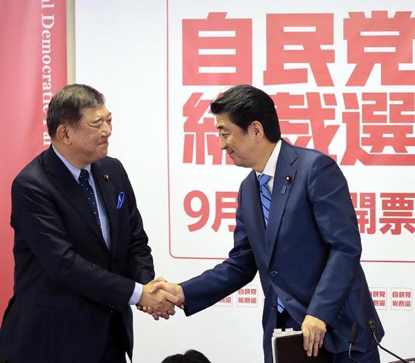 握手をする石破元幹事長(左)と安倍首相だが……(C)日刊ゲンダイ