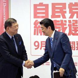 握手をする石破元幹事長(左)と安倍首相だが……