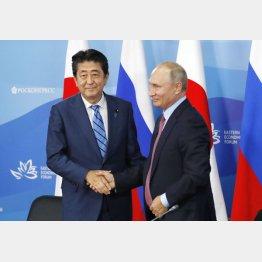 共同記者発表を終え、ロシアのプーチン大統領(右)と握手する安倍首相(C)共同通信社