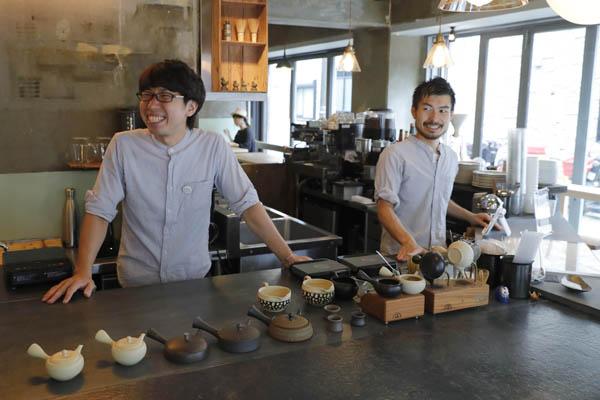小山さん(左)と藤岡さん(C)日刊ゲンダイ