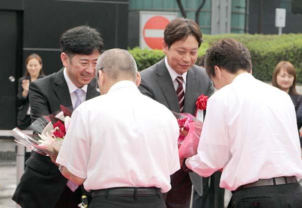 新高速バスの開業式(2013年=平山社長(右)と創業者の村瀨氏)(提供写真)