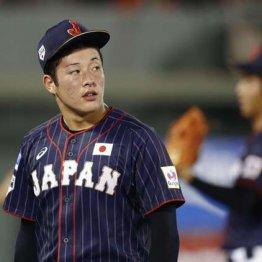 台湾戦の4回、2点を失いベンチに戻る吉田