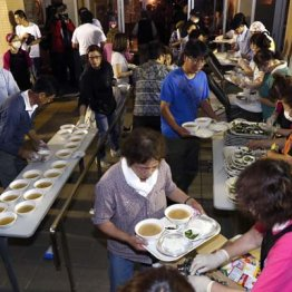 北海道厚真町の避難所で炊き出しに並ぶ人たち