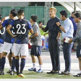 選手に指示を出すカンボジアGMの本田圭佑(C)共同通信社