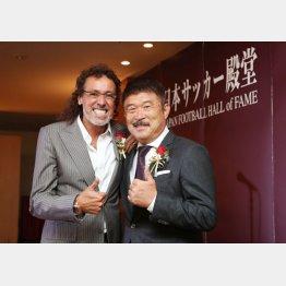 ラモス瑠偉氏(左)と加藤久氏(C)日刊ゲンダイ