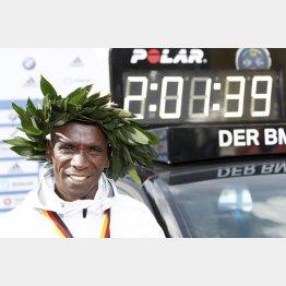 世界記録で連覇を達成したエリウド・キプチョゲ(ロイター=共同)