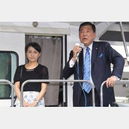 17日は佳子夫人を伴って街頭演説(C)日刊ゲンダイ