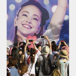 キャラバントラックに施された安室奈美恵さんのラッピングを写真に収めるファンら(C)共同通信社