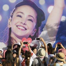 キャラバントラックに施された安室奈美恵さんのラッピングを写真に収めるファンら