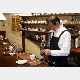 ネルでコーヒーを入れる店長の大久保さん(C)日刊ゲンダイ
