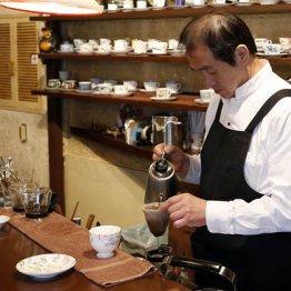 ネルでコーヒーを入れる店長の大久保さん