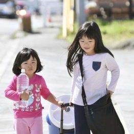 北海道厚真町で、避難所から自宅へ水を運ぶ姉妹