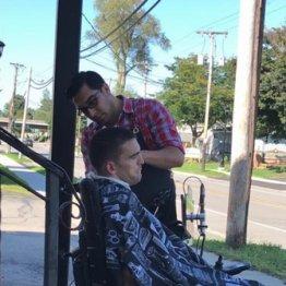 電動車いすで店に入れず…理髪師から広がった思いやりの輪