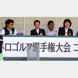 小林会長(右)は自らのツアー改革に不都合な組織まで変えようとしている(C)日刊ゲンダイ