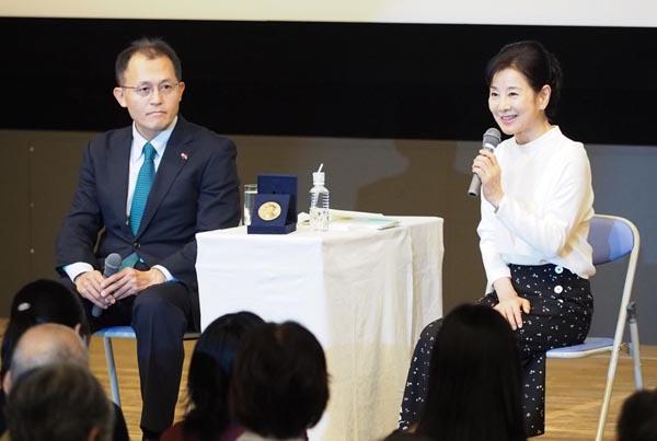 対談したICAN川崎氏と吉永小百合(水本俊也氏撮影、主催者提供)