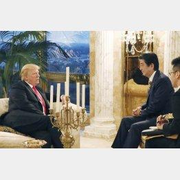 夕食会前にトランプ米大統領(左)と言葉を交わす安倍首相(内閣広報室提供 共同)
