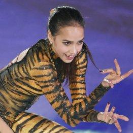 中国杯エキシビションで演技するザギトワ