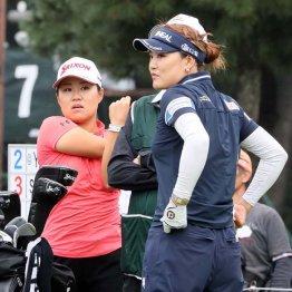 ユはボギーをたたかない完璧ゴルフ(左は畑岡)