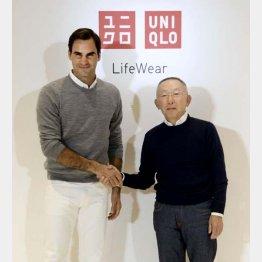 イベントでファーストリテイリングの柳井正会長兼社長と握手するロジャー・フェデラー(C)共同通信社