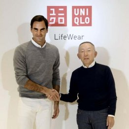 イベントでファーストリテイリングの柳井正会長兼社長と握手するロジャー・フェデラー
