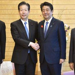 第4次安倍改造内閣発足、党首会談で握手する安倍首相(中央右)と公明党の山口代表