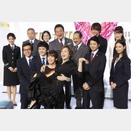 特別ゲストの吉田沙保里にお姫さま抱っこされる米倉(中央)(C)日刊ゲンダイ