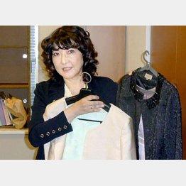 認証式の着用ドレスを巡ってもドタバタ劇(C)日刊ゲンダイ
