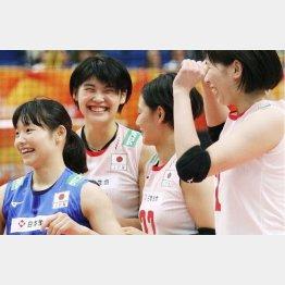 ドイツに勝利し、喜ぶ黒後(左から2人目)ら日本チーム=横浜アリーナ