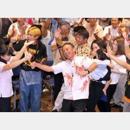 史上最多の39万6632票を獲得し勝利した玉城デニー氏(C)日刊ゲンダイ