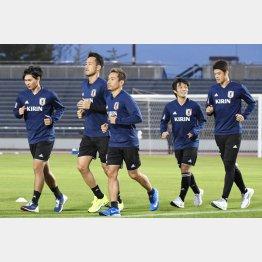 ランニングを行う(左から)南野、吉田、長友、中島、酒井宏(C)共同通信社