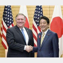 ポンペオ長官と握手する安倍首相(C)日刊ゲンダイ