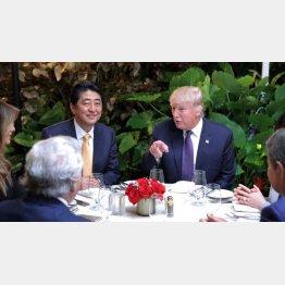 2017年2月、米フロリダ州パームビーチでトランプ米大統領らと夕食会に臨む安倍首相(C)ロイター=共同