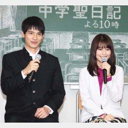岡田健史(左)と有村架純(C)日刊ゲンダイ