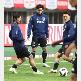 雨中の練習(11日)でMF南野(中)はMF中島(左)、MF堂安(右)とリラックスしながらボール回し(C)Norio ROKUKAWA/office La Strada