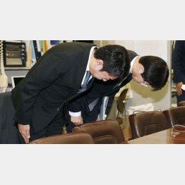 記者会見で謝罪するスルガ銀行の有国三知男社長(左)ら(C)共同通信社