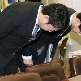 記者会見で謝罪するスルガ銀行の有国三知男社長(左)ら