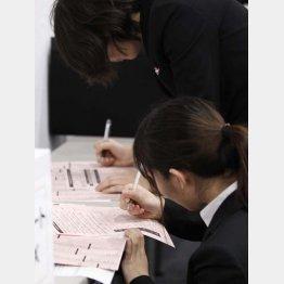 大学生は3年生になった途端に就活…(C)日刊ゲンダイ