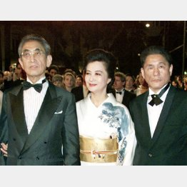2005年「御法度」の関係者とともにカンヌ映画祭に出席した大島渚監督夫妻とビートたけし(右)(C)ロイター=共同