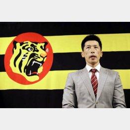 阪神の時期監督就任を受諾し、取材に応じる矢野燿大二軍監督(C)共同通信社