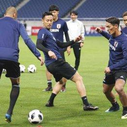 (右から)15日の練習でボール回しを行う長友、槙野、吉田