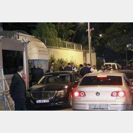 15日、トルコ・イスタンブールのサウジアラビア総領事館(左)に入るトルコ当局の捜査員ら(C)共同通信社