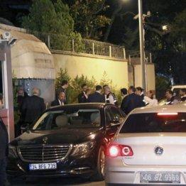15日、トルコ・イスタンブールのサウジアラビア総領事館(左)に入るトルコ当局の捜査員ら