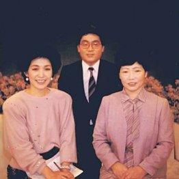 フリーアナウンサー牧原俊幸さん 母親とうつみさんとの1枚