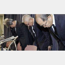 謝罪するKYBの中島社長(右から2人目)/(C)共同通信社