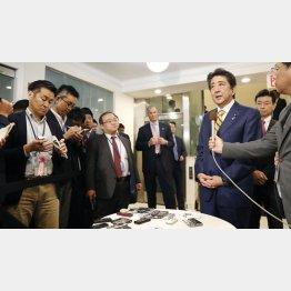 報道陣の質問に答える安倍首相/(C)共同通信社