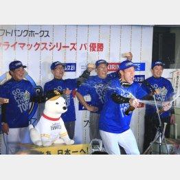 柳田選手会長(前列)のかけ声でスタート(C)日刊ゲンダイ